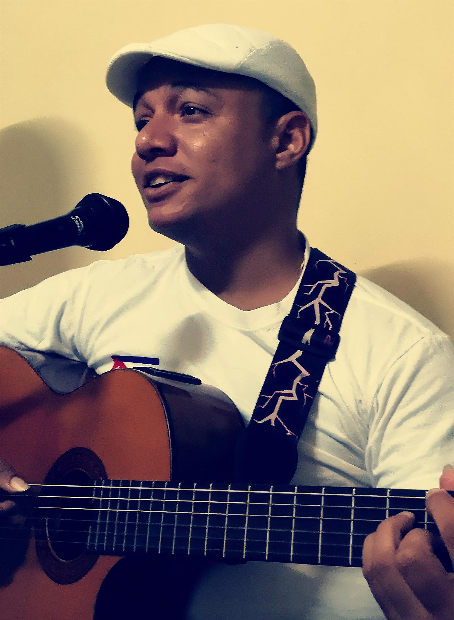 Giannys, guitarra en mano va