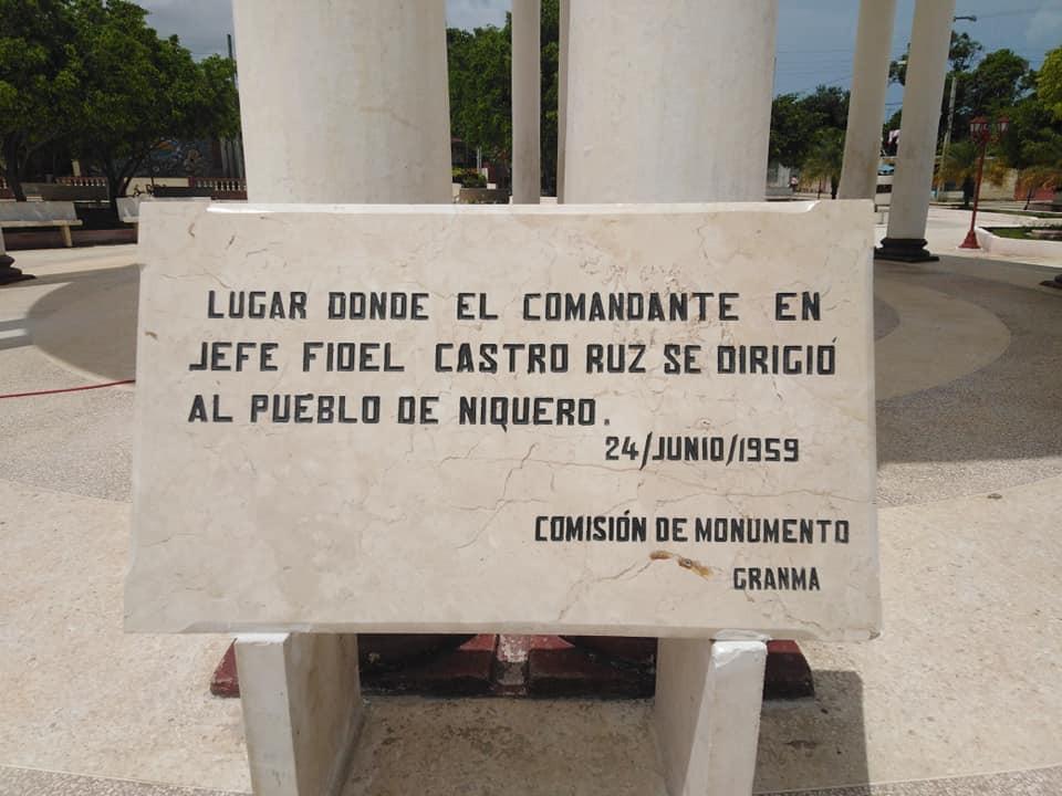 Develan en Niquero tarja como saludo al aniversario 62 de la visita del Comandante a Niquero