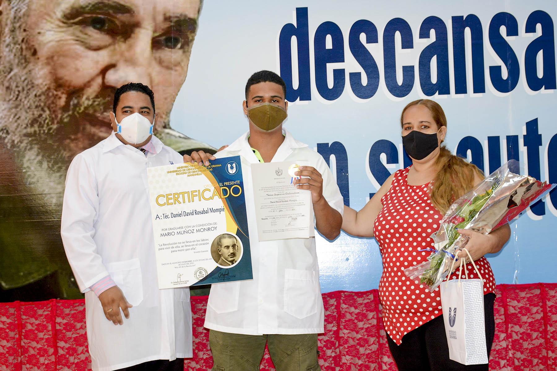 Reciben sus títulos 68 profesionales de la Salud de Bayamo