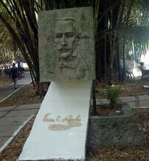 Juan Cristóbal Nápoles Fajardo: el poeta de las mil muertes