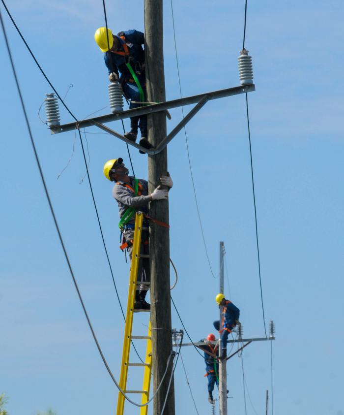 Eléctrica Granma inmersa en restablecer afectaciones al servicio por Elsa