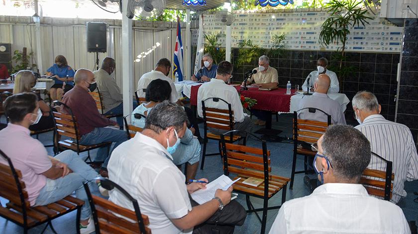 Intercambia Presidente cubano con economistas para analizar nuevos aportes