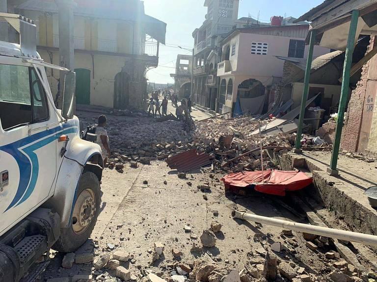 Médicos cubanos atienden heridos tras terremoto en Haití