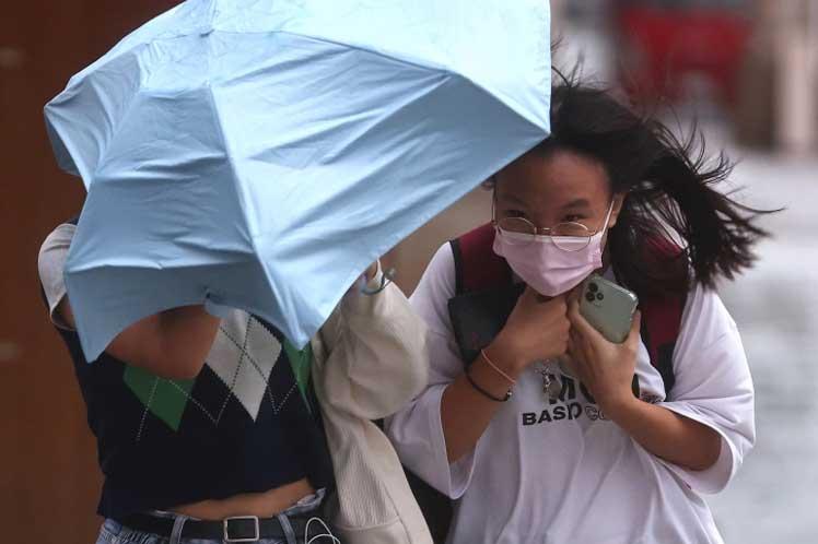 Rebrote de Covid-19 y fuerte tifón