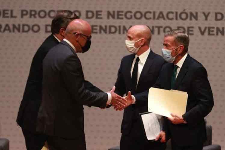 Gobierno de Venezuela y opositores reanudan diálogo en México