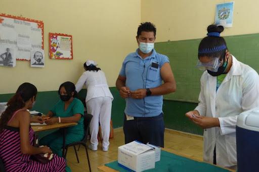 Apoya sector educacional en Manzanillo, vacunación con Abdala