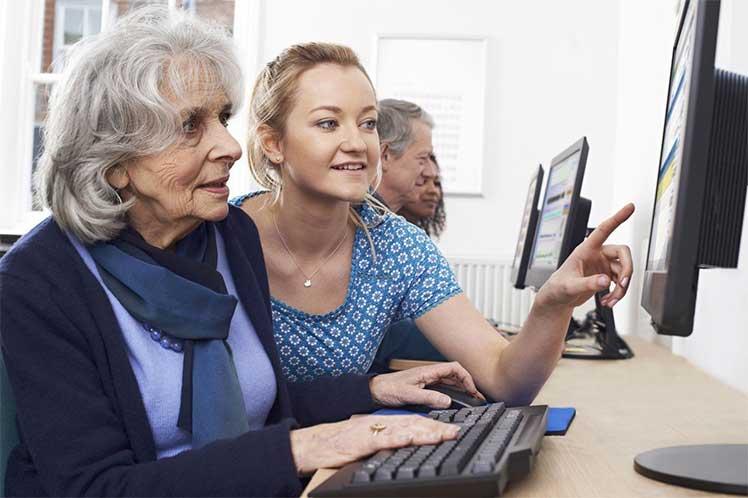 ONU aboga por equidad digital en día del adulto mayor